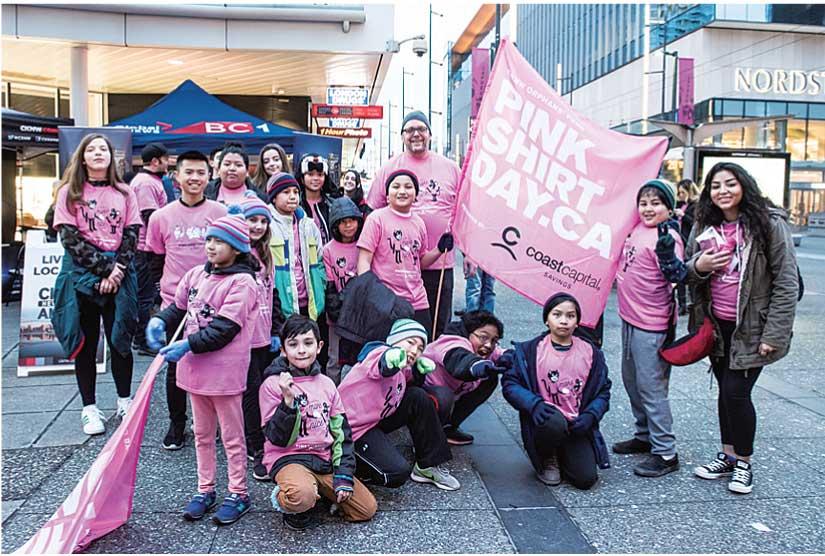 バンクーバーでピンクのシャツを着ていじめ撲滅を訴える