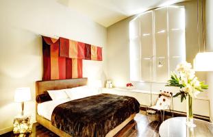 大きな窓が特徴的な部屋