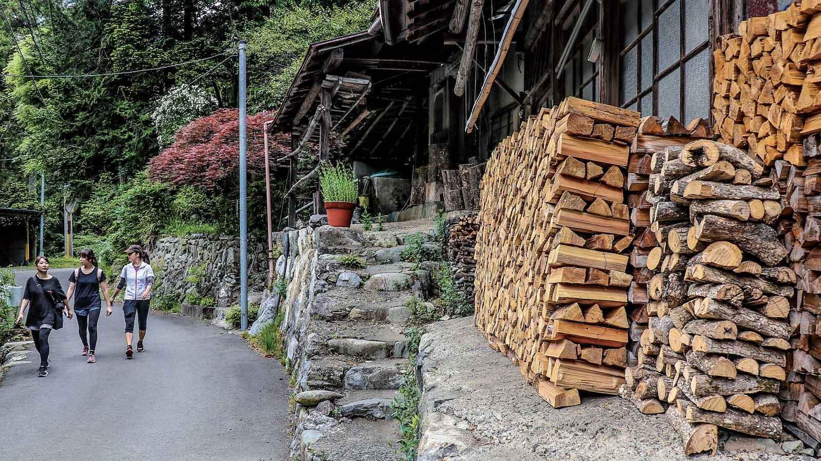 家の前に積み上げられた薪