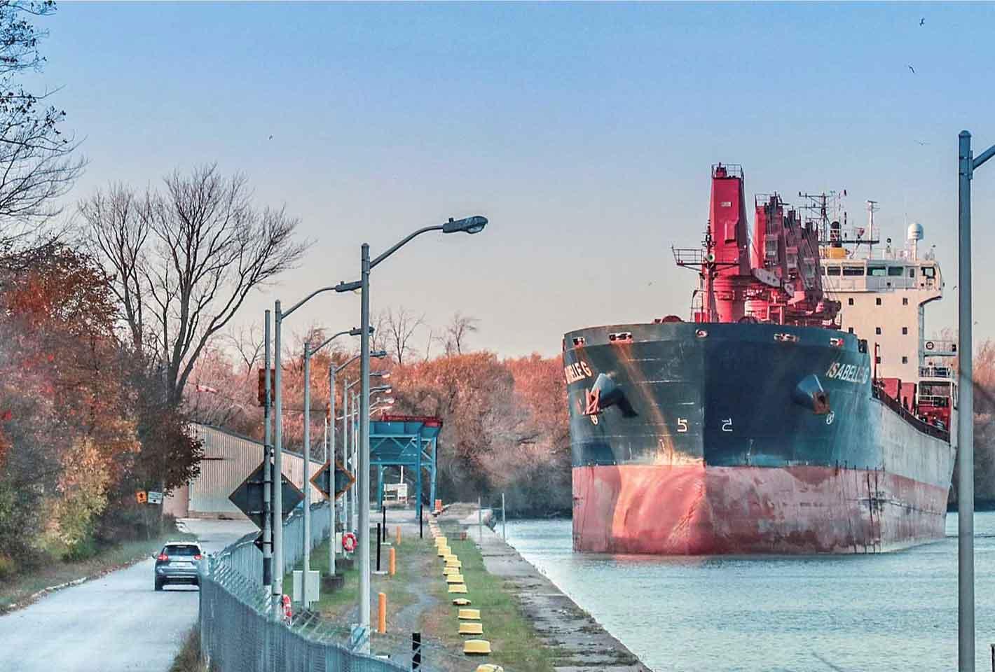 オンタリオ湖から第1ロックに入る準備をする船