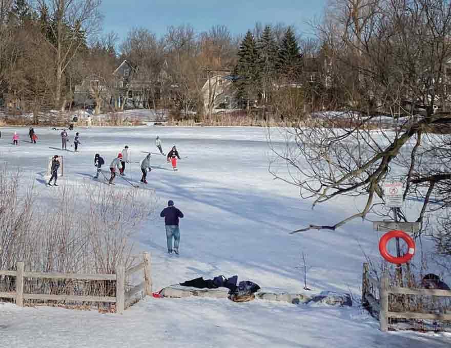 トウーグッド池で初滑りを楽しむ若者たち