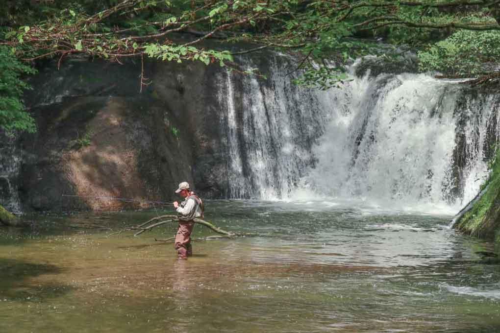 奥日光、小滝・湯川で釣りをする人