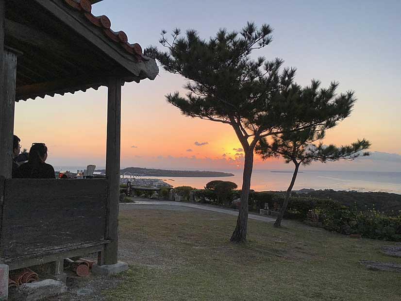 のどかな沖縄の夕日を楽しむ観光客