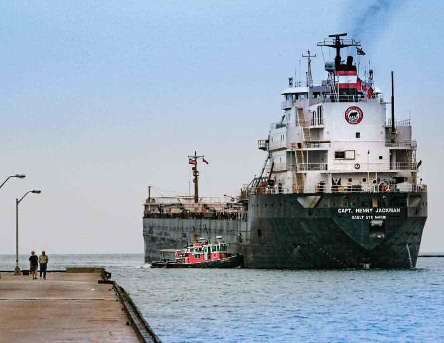 巨大貨物船が塩積みにゴデリッチに入港する