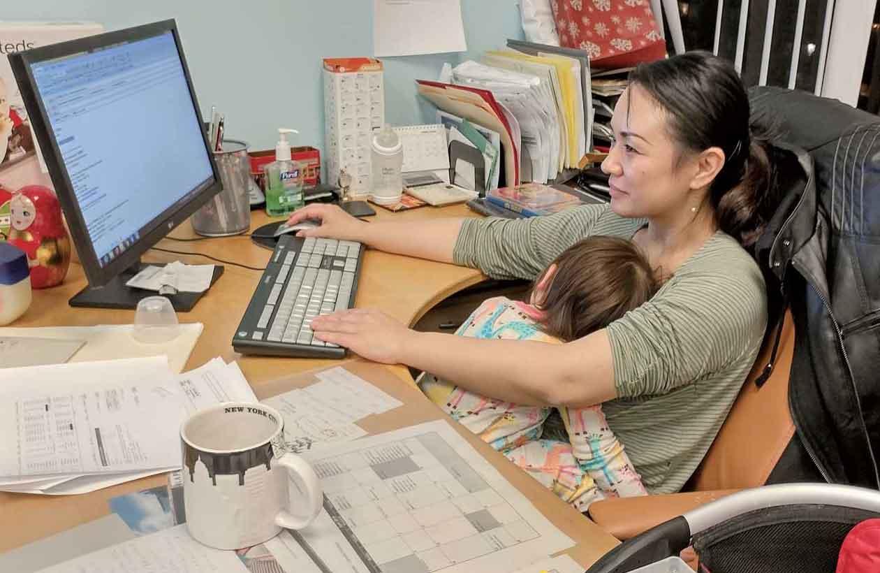 夜おそくに寝落ちた娘を抱えながらオフィスで仕事